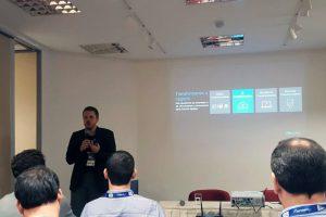 """Thiago Flach apresentando sua palestra sobre """"A base da transformação digital"""""""