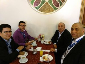 Clayton Dias (gerente de projetos) e Francisco Pasa (executivo comercial) interagem com participantes durante o coffee-break em Blumenau