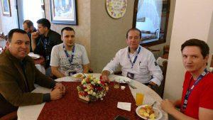 Mateus Neto (analista de projetos) conversa com participantes durante o coffee-break do HardShow.