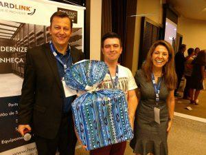 Martin Foster (Diretor geral da Hardlink) e Luciane Dalmolin (Partner Led Sales Director - Dell EMC) entregam o presente do sorteio ao vencedor, Isaías Bertin (BR Soluções em TI)